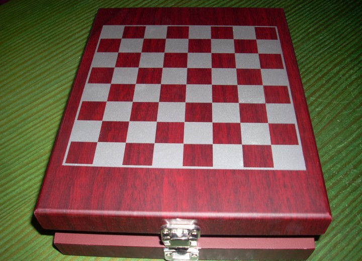 set σκάκι με 2 πουροθήκες και φλασκί 25€